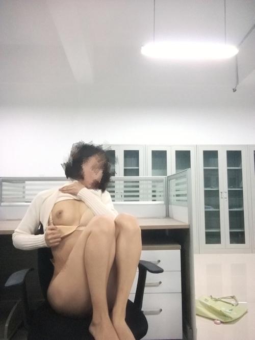 中国の女教師が学校内で撮影したヌード画像 1