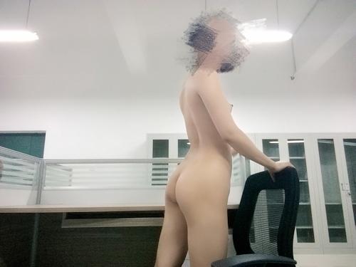中国の女教師が学校内で撮影したヌード画像 4