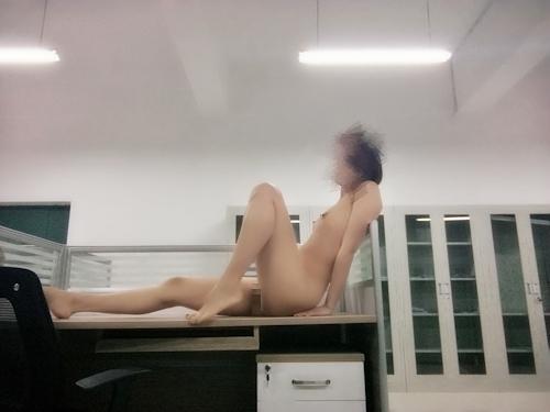 中国の女教師が学校内で撮影したヌード画像 7