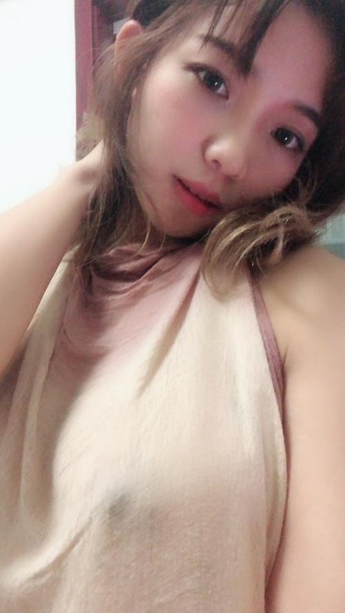 ノーブラ美女が自分撮りしたスケ乳首画像 4