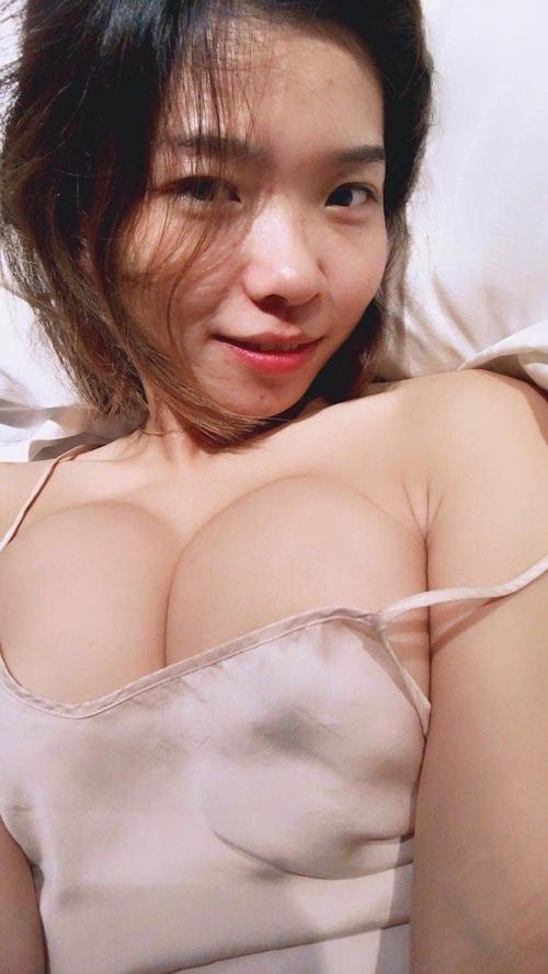 ノーブラ美女が自分撮りしたスケ乳首画像 11