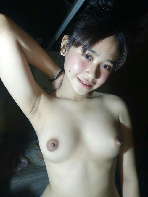 東南アジアの素人美少女のワキ見せヌード画像 5