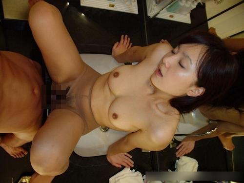 色白美乳な日本の美女をハメ撮りしたセックス画像 12
