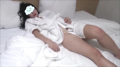 ホテルで寝ている美女の寝巻きがはだけている所を撮ったセクシー画像 1