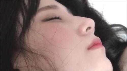 ホテルで寝ている美女の寝巻きがはだけている所を撮ったセクシー画像 5