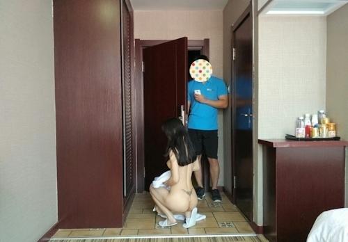デリバリーを全裸で受け取る韓国素人女性のヌード画像 4