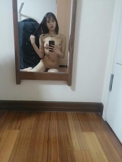 微乳な韓国黒髪素人美女の風呂上り自分撮りヌード流出画像 10