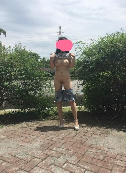 まんまる美巨乳おっぱいな中国素人女性の野外露出ヌード画像 4