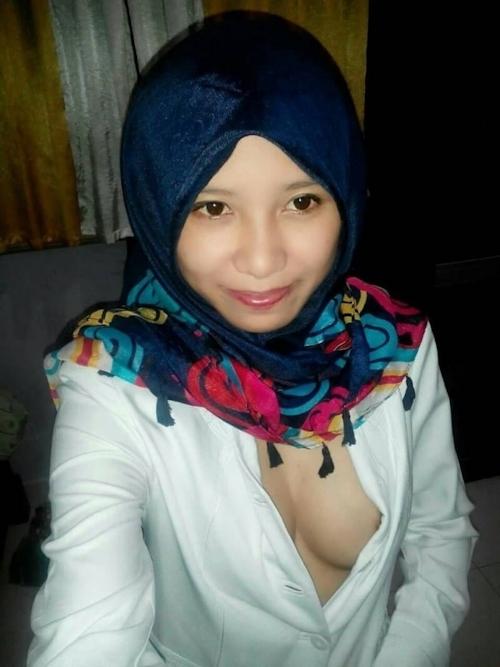 ヒジャブを被った黒髪清楚な東南アジア美女がこっそり自分撮りしたヌード画像が流出 2