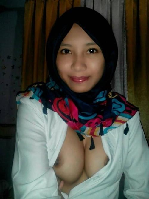 ヒジャブを被った黒髪清楚な東南アジア美女がこっそり自分撮りしたヌード画像が流出 6