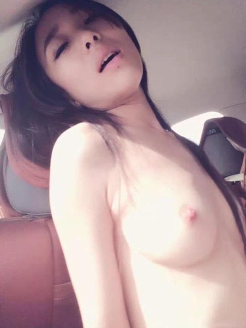 美乳なガールフレンドを車の中で撮影したヌード画像 10
