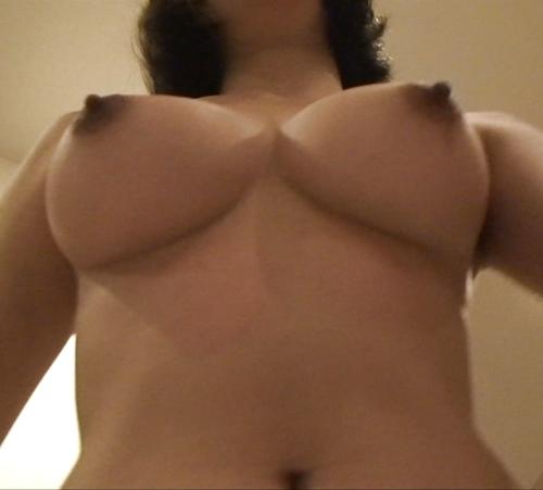 10代タイ少女の巨乳おっぱいを下から写した画像 5