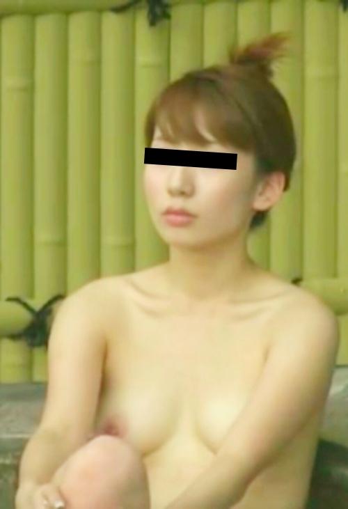 露天風呂で盗撮された?美乳な日本の素人美女のヌード画像  5