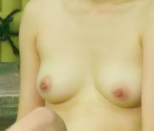 露天風呂で盗撮された?美乳な日本の素人美女のヌード画像  6
