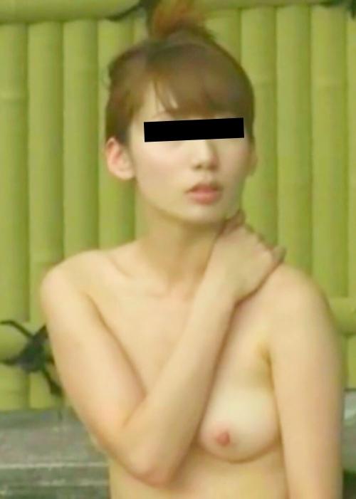 露天風呂で盗撮された?美乳な日本の素人美女のヌード画像  7