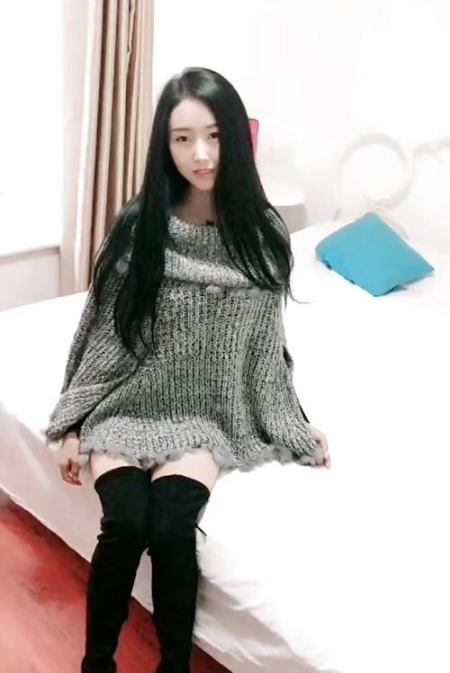 黒髪アジアン美女のM字開脚ヌード画像 1