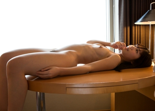スレンダー微乳な美女とホテルでセックスしてる画像 7