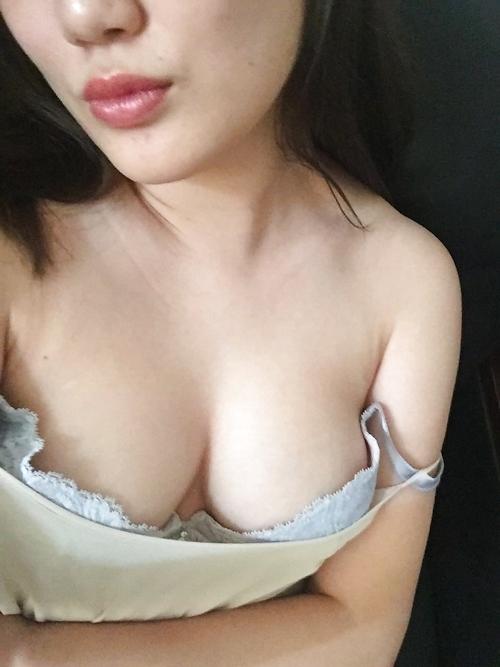 巨乳な中国素人美女の自分撮りヌード画像 3