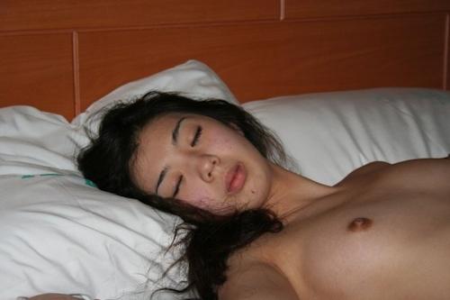 熟睡してる韓国素人女性を撮影したヌード画像 3