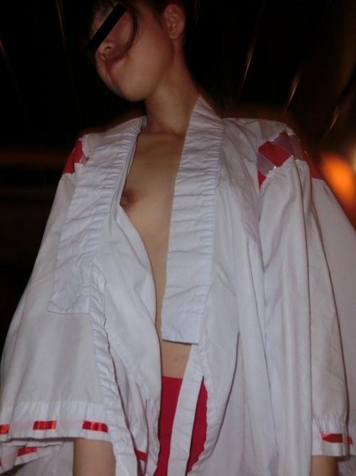 微乳な素人美少女の巫女さんコスプレセックス流出画像 14