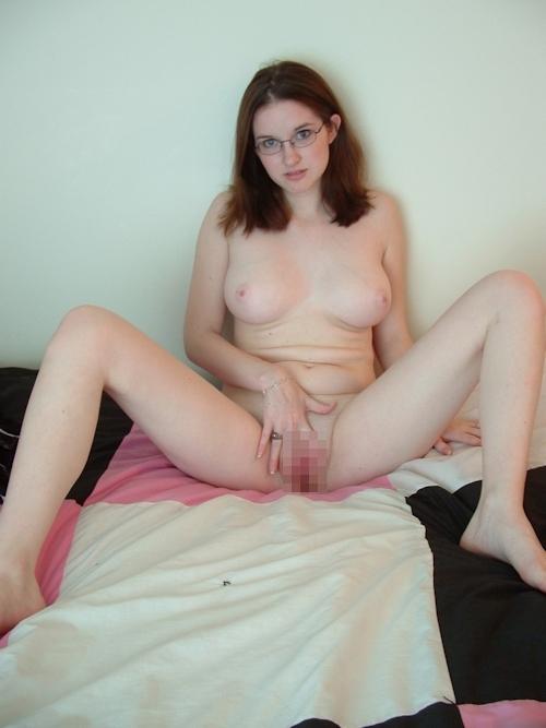 巨乳な西洋のメガネっ娘美女の自分撮りヌード画像 7