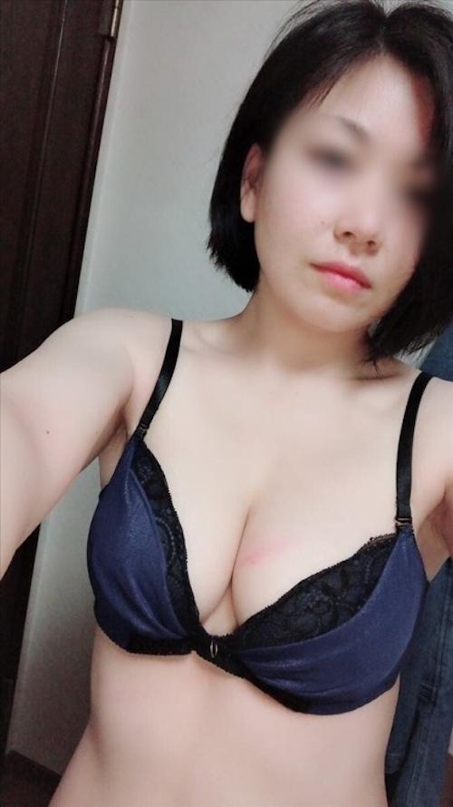 巨乳なアジア系素人女性の自分撮りおっぱい画像 2