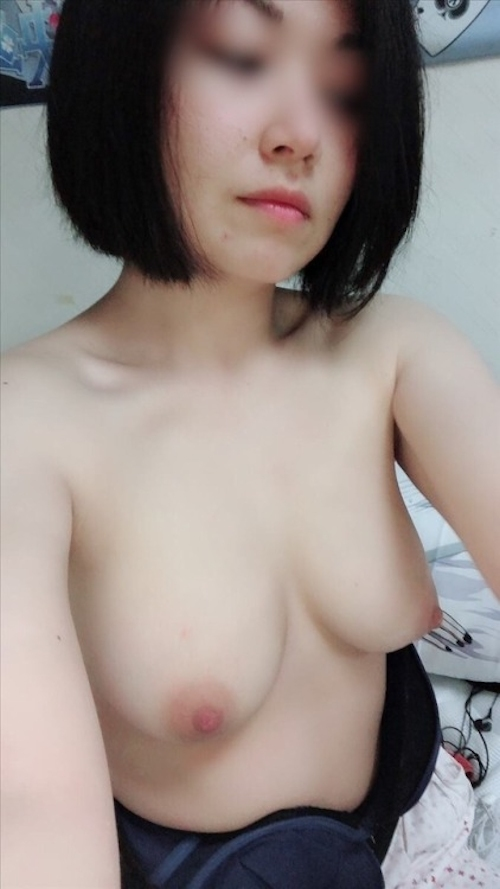 巨乳なアジア系素人女性の自分撮りおっぱい画像 8