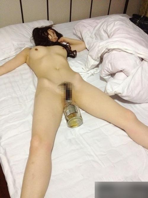 全裸で熟睡している韓国素人美女の股間にバイブやビンを挿入しちゃってる画像 5