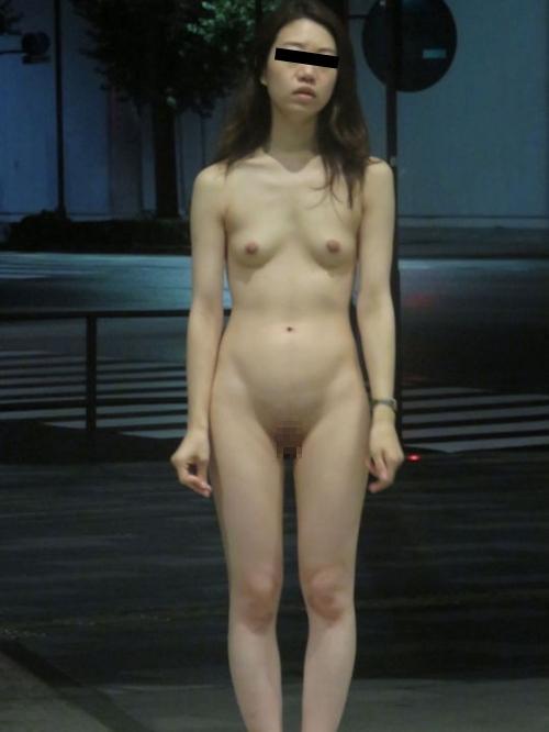 スレンダー微乳&パイパンな美人女医の野外露出ヌード画像  13
