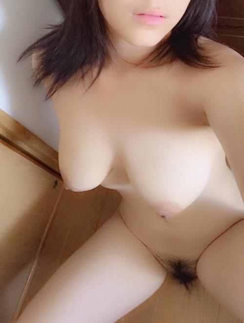 ロケット巨乳なアジア系素人女性の自分撮りヌード画像 10