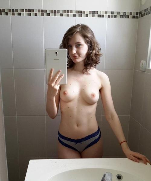 美乳なフランス美女 Cléo Deschamps の自分撮りヌード画像 3