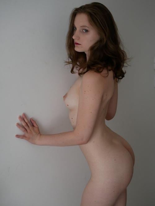 美乳なフランス美女 Cléo Deschamps の自分撮りヌード画像 4
