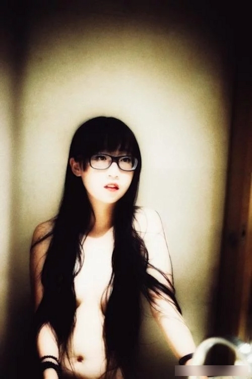 美乳なメガネ美女のヌード画像 1