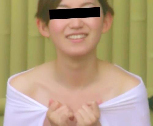 露天風呂で盗撮された?Cカップ美乳な日本の素人美女のヌード画像  1
