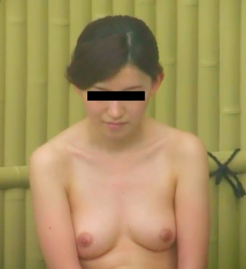 露天風呂で盗撮された?Cカップ美乳な日本の素人美女のヌード画像  10