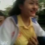 バイクを運転してる美少女のおっぱいを彼氏が後ろから揉んでる動画