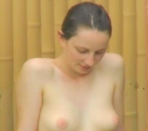 露天風呂で盗撮された? 外国人観光客のピンク乳首美女のヌード画像  1