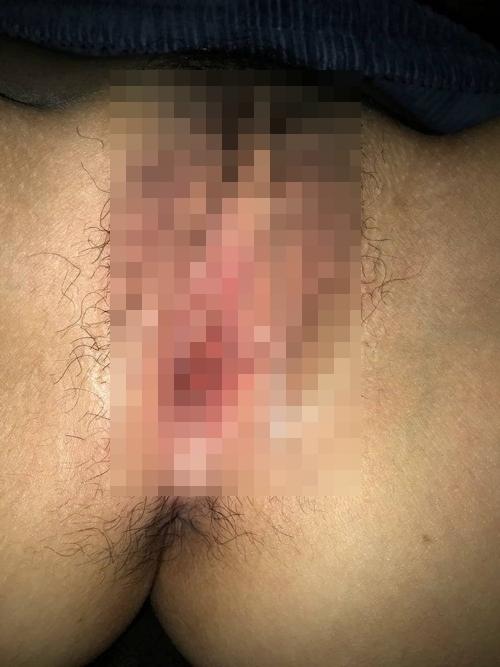 熟睡してる素人女性のパンティを脱がして挿入&中出ししてる画像 7