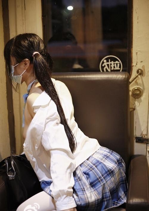 制服を脱いで美巨乳おっぱいを露出してる美少女JKのヌード画像 4