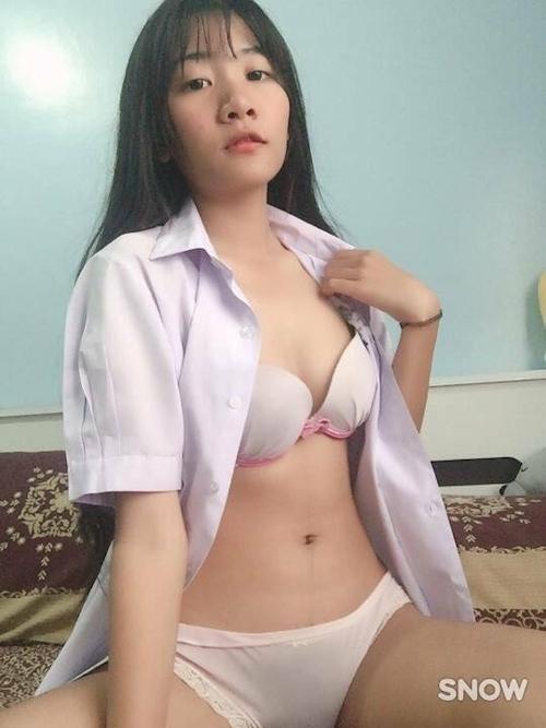 Eカップ美乳&陰毛濃い目のアジアン美少女のJK制服コス自分撮りヌード画像 6