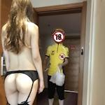 デリバリーをほぼ裸のセクシーランジェリー姿で受け取る素人女性のセクシー画像