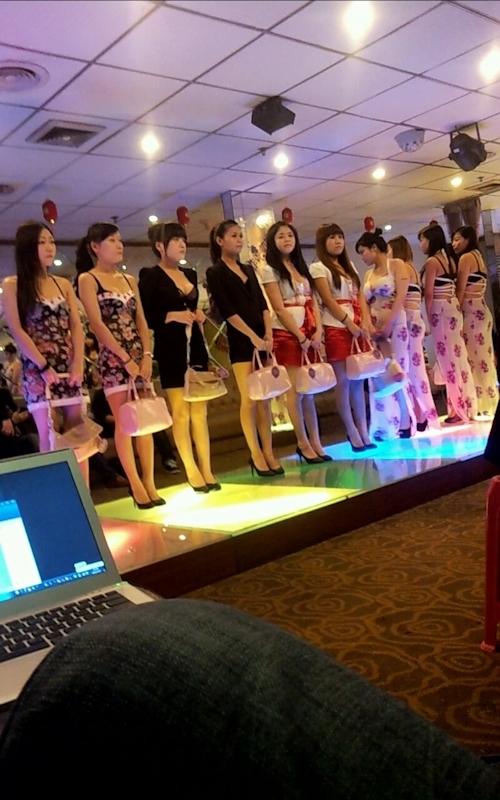 中国の高級会員制風俗店のスレンダー美人風俗嬢のヌード画像 1