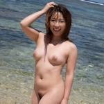 ビーチで全裸になってる美女のヌード画像