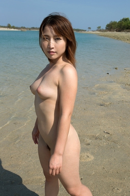 ビーチで全裸になってる美女 美波ねいのヌード画像 2