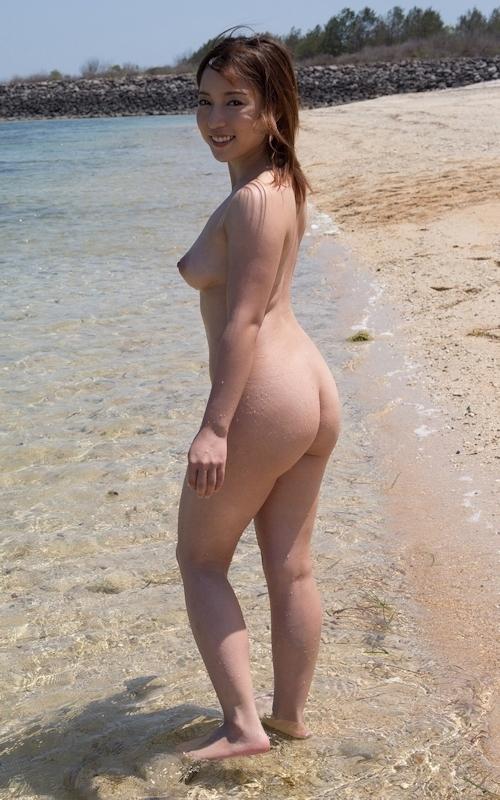 ビーチで全裸になってる美女 美波ねいのヌード画像 3