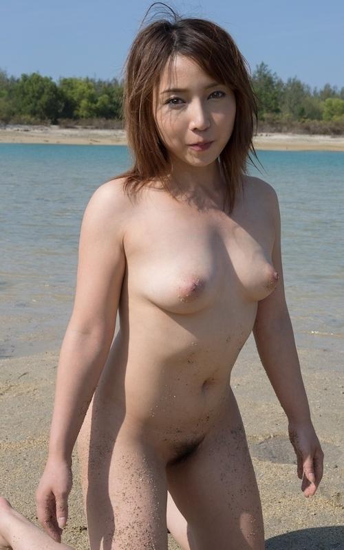 ビーチで全裸になってる美女 美波ねいのヌード画像 4