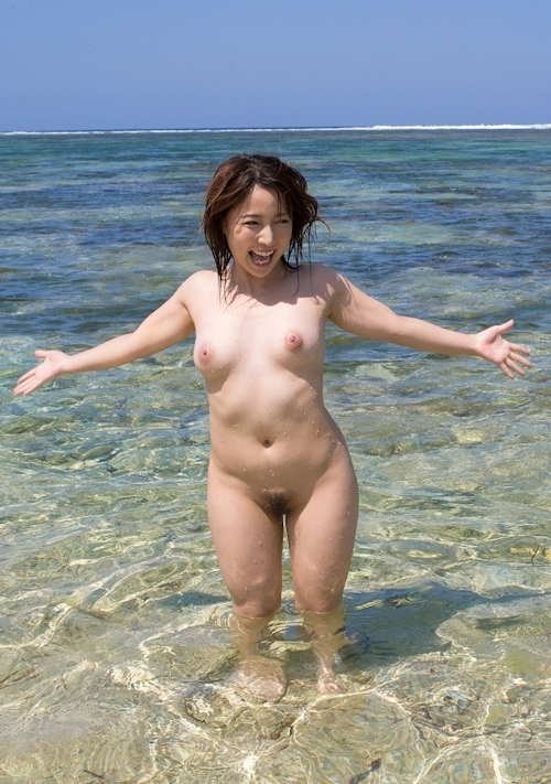 ビーチで全裸になってる美女 美波ねいのヌード画像 7