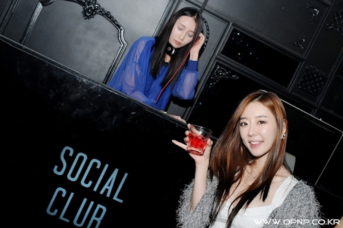 韓国のパリピギャルがイベントではじけてるセクシービキニ画像 3