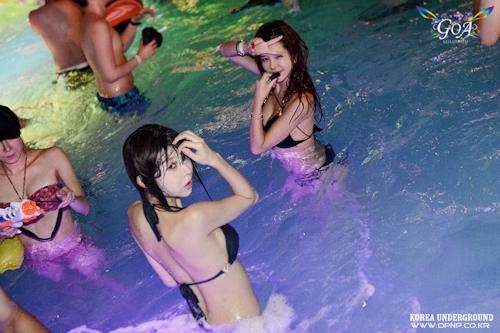 韓国のパリピギャルがイベントではじけてるセクシービキニ画像 9