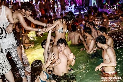 韓国のパリピギャルがイベントではじけてるセクシービキニ画像 11